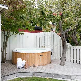 Exempel på en liten klassisk rund pool på baksidan av huset, med trädäck