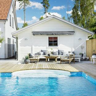 マルメの北欧スタイルのおしゃれな裏庭プールの写真