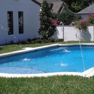 Modelo de piscina con fuente elevada, minimalista, pequeña, a medida, en patio trasero, con adoquines de hormigón