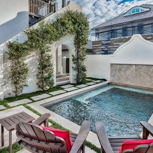 Geräumiges Mediterranes Pool im Innehof in individueller Form mit Wasserspiel und Betonplatten in Sonstige
