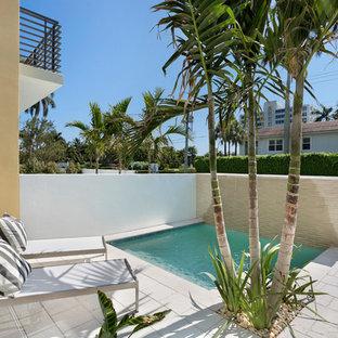Cette image montre une petit piscine design rectangle avec des pavés en béton.