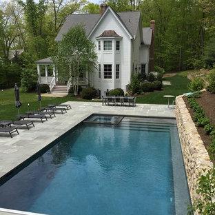 Bild på en stor vintage rektangulär pool på baksidan av huset, med spabad