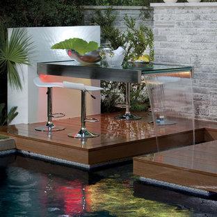 Esempio di una piscina contemporanea con pedane