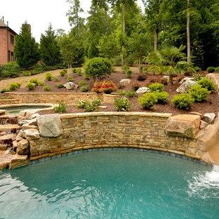 Imagen de piscina con tobogán clásica a medida