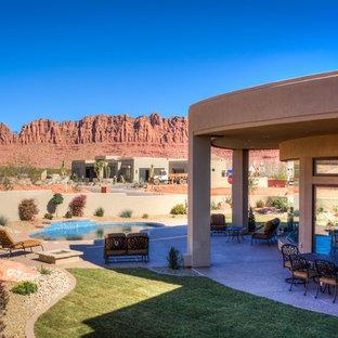 Foto de piscina con fuente natural, de estilo americano, pequeña, a medida, en patio trasero, con granito descompuesto