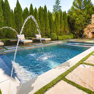 Imagen de piscina con fuente minimalista, pequeña, rectangular, en patio trasero, con adoquines de piedra natural