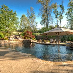 Großer Klassischer Schwimmteich hinter dem Haus in individueller Form mit Wasserspiel und Stempelbeton in Atlanta