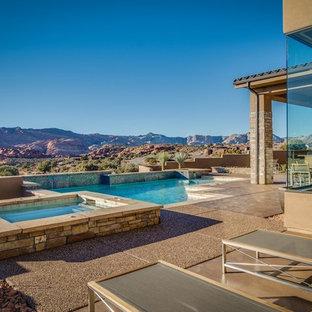 Ejemplo de piscinas y jacuzzis infinitos, actuales, de tamaño medio, en forma de L, en patio trasero, con losas de hormigón