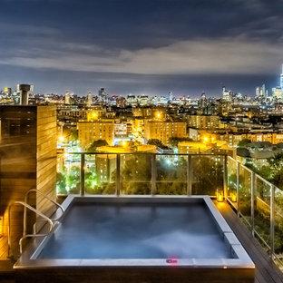 Ispirazione per una piscina industriale rettangolare sul tetto con una vasca idromassaggio e pedane