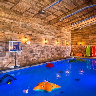 Diseño de piscina alargada, rural, de tamaño medio, rectangular, en patio trasero, con losas de hormigón