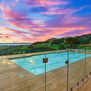 Idee per una piscina fuori terra design personalizzata di medie dimensioni e dietro casa con paesaggistica bordo piscina e pedane
