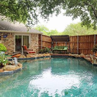 Foto de piscinas y jacuzzis románticos, a medida, en patio trasero, con entablado