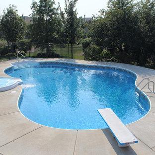 Modelo de piscinas y jacuzzis tradicionales renovados, grandes, a medida, en patio trasero, con losas de hormigón