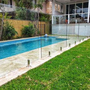 Ejemplo de piscina alargada, marinera, pequeña, rectangular, en patio trasero, con adoquines de piedra natural