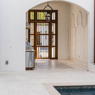 Imagen de piscina con fuente natural, ecléctica, de tamaño medio, rectangular, en patio, con adoquines de piedra natural
