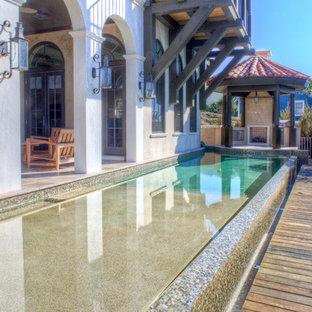 Ejemplo de piscina alargada, mediterránea, con entablado