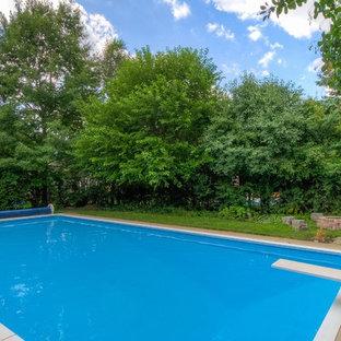 Foto de piscinas y jacuzzis alargados, urbanos, grandes, rectangulares, en patio trasero, con losas de hormigón
