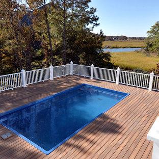 Ejemplo de piscina elevada, marinera, pequeña, rectangular, en patio lateral, con entablado