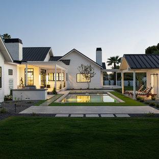 Imagen de piscinas y jacuzzis de estilo de casa de campo, de tamaño medio, rectangulares, en patio trasero