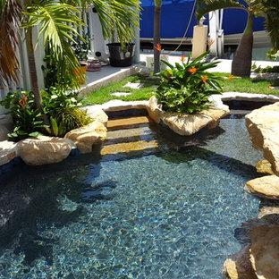 Modelo de piscina con fuente natural, tropical, pequeña, a medida, en patio trasero, con adoquines de piedra natural