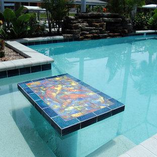 Modelo de piscinas y jacuzzis alargados, marineros, rectangulares, en patio trasero, con adoquines de ladrillo
