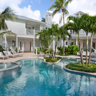 Ejemplo de piscinas y jacuzzis naturales, marineros, grandes, tipo riñón, en patio trasero, con suelo de hormigón estampado