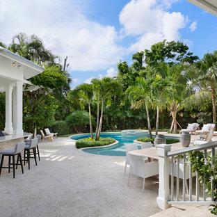 Diseño de piscinas y jacuzzis naturales, marineros, grandes, tipo riñón, en patio trasero, con suelo de hormigón estampado
