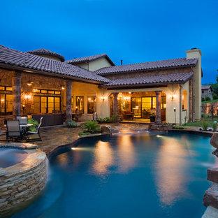 Modelo de piscinas y jacuzzis naturales, mediterráneos, grandes, a medida, en patio trasero, con adoquines de piedra natural