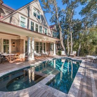Diseño de piscina elevada, de estilo americano, de tamaño medio, a medida, en patio trasero, con entablado