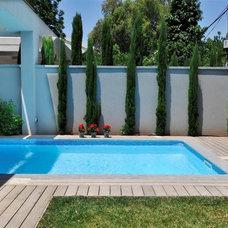 Modern Pool by NURIT GEFFEN-BATIM STUDIO