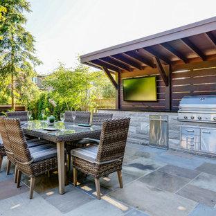 Mittelgroßer Klassischer Pool hinter dem Haus in rechteckiger Form mit Sichtschutz und Natursteinplatten in Toronto