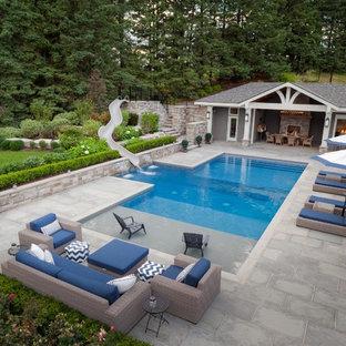 Imagen de casa de la piscina y piscina alargada, contemporánea, grande, rectangular, en patio lateral, con adoquines de piedra natural