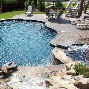 Idee per una piscina naturale american style personalizzata di medie dimensioni e dietro casa con fontane