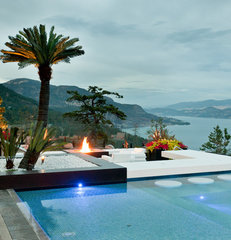 tropical pool by Okanagan Dream Builders Ltd.