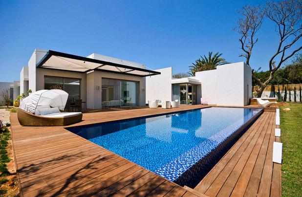 Modern Pool by Moshi Gitelis - Photographer