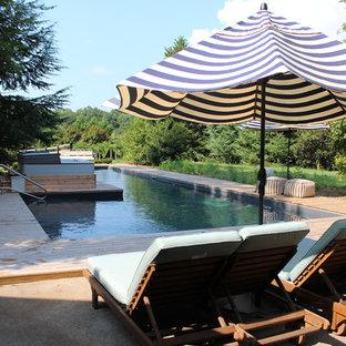 Ejemplo de piscinas y jacuzzis naturales, rurales, grandes, en forma de L, en patio trasero, con entablado