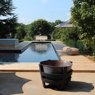 Ejemplo de piscinas y jacuzzis naturales, rústicos, grandes, en forma de L, en patio trasero, con entablado