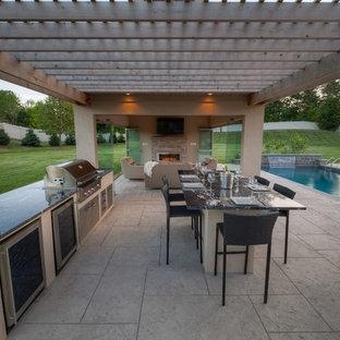 Modelo de casa de la piscina y piscina alargada, contemporánea, de tamaño medio, rectangular, en patio trasero, con suelo de hormigón estampado