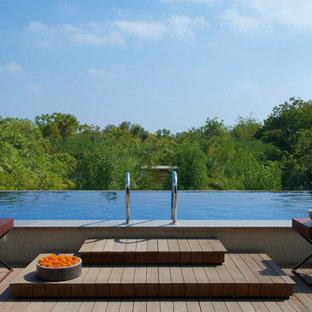 Foto de piscina con fuente infinita, actual, de tamaño medio, rectangular, en azotea, con entablado