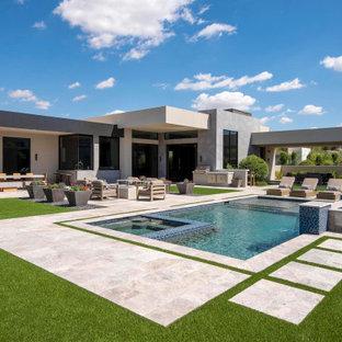 Diseño de piscinas y jacuzzis modernos, grandes, rectangulares, en patio trasero, con adoquines de piedra natural