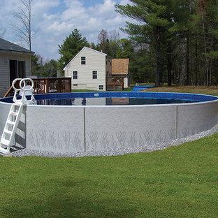 Diseño de piscina elevada, tradicional, grande, a medida, en patio trasero, con gravilla