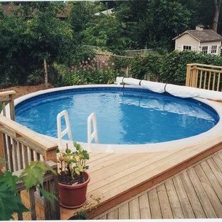 Modelo de piscina elevada, tradicional, de tamaño medio, redondeada, en patio trasero, con entablado