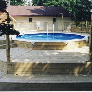 Diseño de piscina elevada, clásica, de tamaño medio, redondeada, en patio trasero, con entablado
