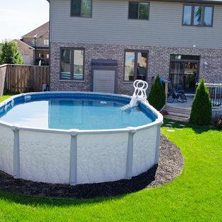Foto de piscina elevada, clásica, de tamaño medio, redondeada, en patio trasero