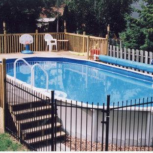 Imagen de piscina elevada, clásica, de tamaño medio, redondeada, en patio trasero, con entablado