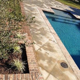 Diseño de piscina con fuente alargada, de estilo americano, de tamaño medio, rectangular, en patio trasero, con adoquines de ladrillo
