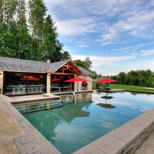 Cette photo montre des grands abris de piscine et pool houses avant méditerranéens rectangles avec du béton estampé.