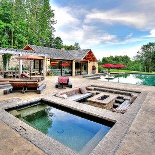 Foto de piscinas y jacuzzis mediterráneos, grandes, rectangulares, en patio delantero, con suelo de hormigón estampado