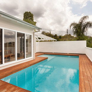 Diseño de piscina elevada, marinera, de tamaño medio, en forma de L, en azotea, con entablado