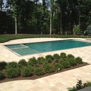 Bild på en mycket stor vintage rektangulär gårdsplan med pool, med naturstensplattor